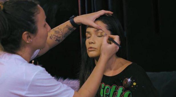 """""""Meu corpo está pesado"""" e """"como é difícil essa vida de modelo"""" são algumas das queixas da paraibana no episódio. (Foto: Reprodução/Globoplay)"""