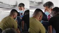 Menino de 13 anos briga com a mãe, tenta arrombar janela de avião e acaba preso na poltrona com fita adesiva. (Reprodução/CBS)