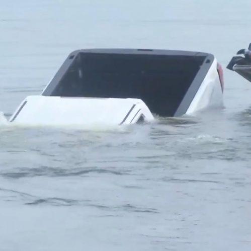 Veículo submergiu no Lago Springfield em poucos segundos. (Reprodução/Twitter)