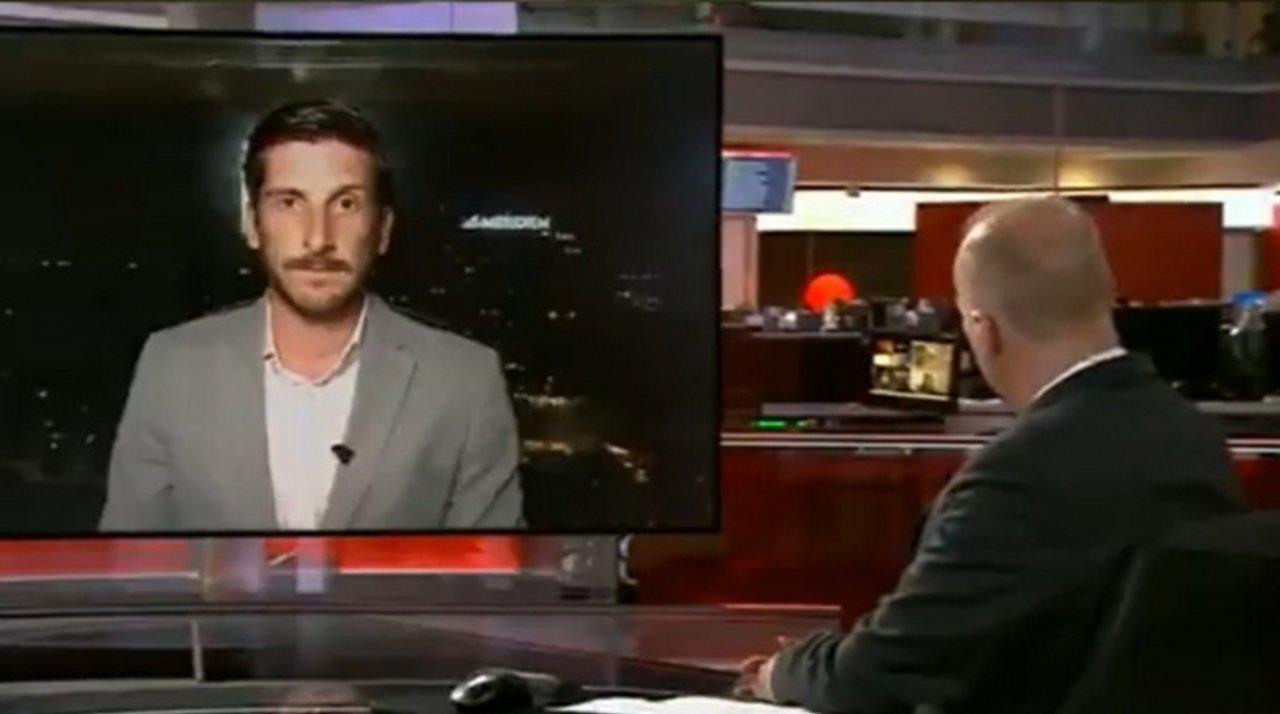 Jornalista comete gafe ao reclamar do trabalho sem perceber que estava ao vivo. (Reprodução/Twitter)