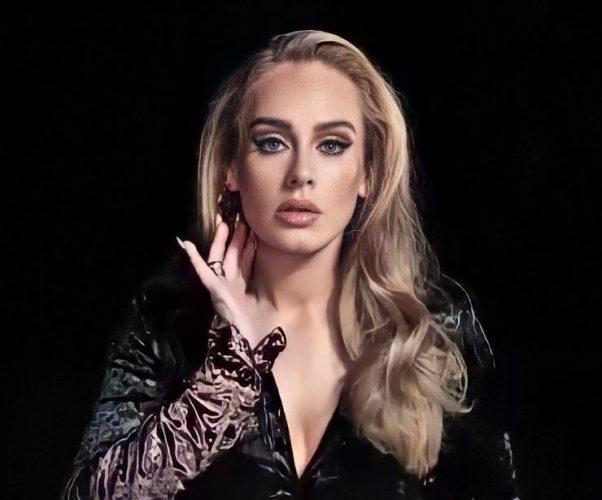 """OMG! Após seis anos, Adele faz comeback ICÔNICO com o hino """"Easy On Me"""", primeiro single do novo álbum; assista!"""