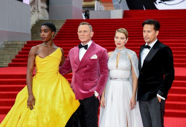 """Cary Joji Fukunaga com o elenco na premiere mundial de """"007: Sem Tempo para Morrer"""". (Foto: Getty)"""